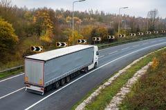 Gearticuleerde vrachtwagen op de weg stock afbeelding
