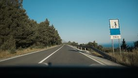 Geasfalteerde bergweg met scherpe scherpe draai dichtbij de klip Mening van voorruit Het drijven van een auto op bergweg stock footage