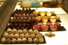 Geassorteerd chocoladesuikergoed in een patisserie, close-up royalty-vrije stock foto's