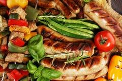 Geassorteerd heerlijk geroosterd vlees met groente op een barbecue Geroosterd varkensvlees shish of kebab op vleespennen met groe stock foto