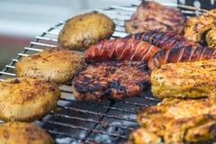 Geassorteerd heerlijk geroosterd vlees over de steenkolen royalty-vrije stock foto's