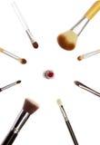 Geassorteerd maak omhoog borstels en rode lippenstift op witte achtergrond Stock Afbeeldingen