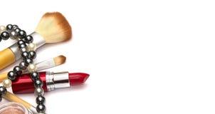 Geassorteerd maak omhoog borstels en rode lippenstift op witte achtergrond Stock Fotografie