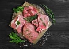 Geassorteerd van besnoeiingen en gedeelten ruw vers rood vlees stock afbeeldingen