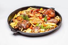 Geassorteerd vlees met aardappelplakken en gesmoorde kool royalty-vrije stock afbeeldingen