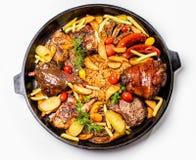Geassorteerd vlees met aardappelplakken en gesmoorde kool In een pan royalty-vrije stock afbeelding