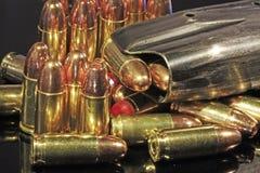 Geassorteerde 9mm kogels met geladen mag Stock Foto's