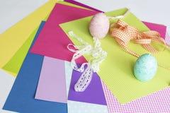 Geassorteerde bladen van kleurendocument en Plakboek Stock Foto's