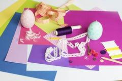 Geassorteerde bladen van kleurendocument en Plakboek Stock Fotografie