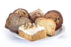 geassorteerde brood en cakeschotel Stock Foto's