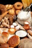 Geassorteerde brood en ingrediënten Royalty-vrije Stock Foto