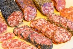 Geassorteerde Catalaanse Spaanse salami Stock Afbeeldingen