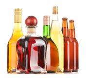 Geassorteerde die alcoholische dranken op wit worden geïsoleerd Stock Fotografie