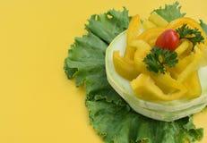 Geassorteerde die groenten op de bladeren van de salade worden opgemaakt stock fotografie