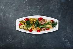 Geassorteerde eigengemaakte groenten in het zuur royalty-vrije stock afbeeldingen