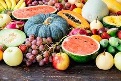 Geassorteerde en gemengde vruchten Stock Foto's