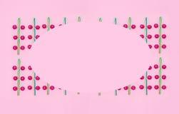 Geassorteerde gekleurde lollys op roze achtergrond Stock Foto