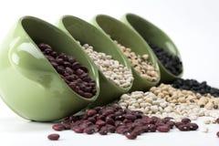 Geassorteerde gemengde droge bonen die groene ceramisch morsen Royalty-vrije Stock Fotografie