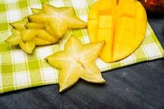Geassorteerde gesneden tropische vruchten Stock Foto's