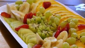 Geassorteerde gesneden vruchten op een plaat stock videobeelden