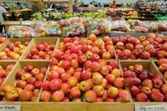Geassorteerde glanzende appelen voor verkoop Stock Fotografie
