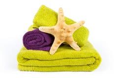 Geassorteerde handdoeken en zeester Stock Afbeeldingen