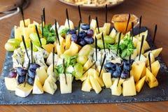 Geassorteerde Italiaanse kazen, druiven en munt Concept het eten, Sn Royalty-vrije Stock Foto's