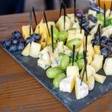 Geassorteerde Italiaanse kazen vierkant Concept het eten, snack, rust Stock Foto