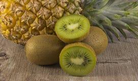 Geassorteerde kiwi en ananas stock afbeeldingen