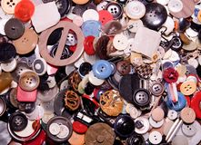 Geassorteerde knopen Verschillend in meestal plastic kleur, houten wat De stapel van knopen sluit omhoog achtergrond Royalty-vrije Stock Foto's