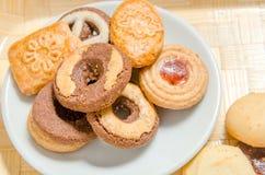 Geassorteerde koekjes op houten dienblad royalty-vrije stock afbeeldingen