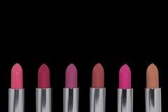 Geassorteerde lippenstiften op zwarte achtergrond Royalty-vrije Stock Foto's