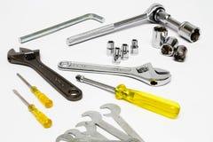 Geassorteerde mechanis overhandigen hulpmiddelen op witte achtergrond Stock Foto's