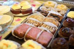 Geassorteerde minicakes en cupcakes stock afbeelding