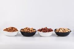 Geassorteerde noten in ceramische kommen royalty-vrije stock foto