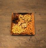 Geassorteerde noten in houten schotel Royalty-vrije Stock Foto's