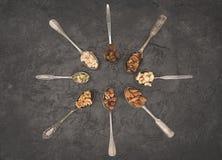 Geassorteerde noten in lepels Royalty-vrije Stock Afbeeldingen
