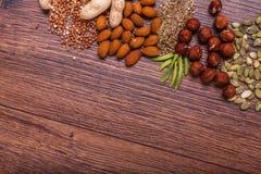 Geassorteerde noten op houten oppervlakte Hoogste mening met exemplaarruimte Royalty-vrije Stock Afbeelding
