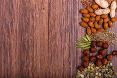Geassorteerde noten op houten oppervlakte Hoogste mening met exemplaarruimte Royalty-vrije Stock Fotografie