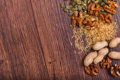 Geassorteerde noten op houten oppervlakte Hoogste mening met exemplaarruimte Stock Foto