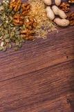 Geassorteerde noten op houten oppervlakte Hoogste mening met exemplaarruimte Stock Foto's
