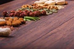 Geassorteerde noten op houten oppervlakte Hoogste mening met exemplaarruimte Stock Afbeelding