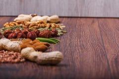 Geassorteerde noten op houten oppervlakte Hoogste mening met exemplaarruimte Royalty-vrije Stock Foto