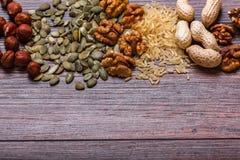 Geassorteerde noten op houten oppervlakte Hoogste mening met exemplaarruimte Stock Fotografie