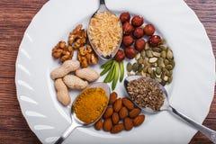 Geassorteerde noten in witte kom, plaat op houten oppervlakte Hoogste mening met exemplaarruimte Royalty-vrije Stock Foto's