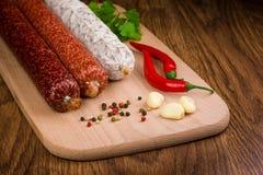 geassorteerde salamiworsten op een houten lijst Stock Afbeelding
