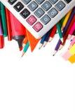 Geassorteerde schoollevering, met inbegrip van pennen, potloden, schaar, lijm en een heerser, op een witte achtergrond Stock Afbeeldingen