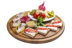 Geassorteerde snacks voor wodka Salo met mosterd en mierikswortel Eigengemaakte groenten in het zuur Haringen met aardappels Op d stock afbeeldingen