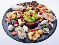 Geassorteerde snoepjes, partij van, cakes, fruit en chocolade Royalty-vrije Stock Afbeeldingen