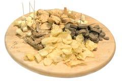 Geassorteerde spaanders en crackers op een houten dienblad Stock Foto's